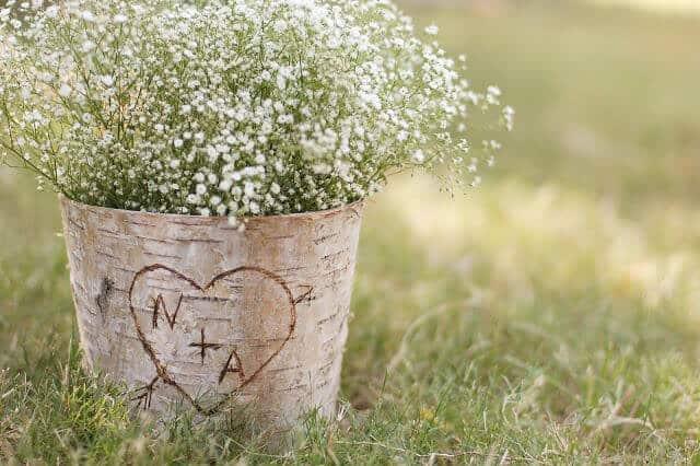 diy-wedding-ideas-carved-wood-centrepiece